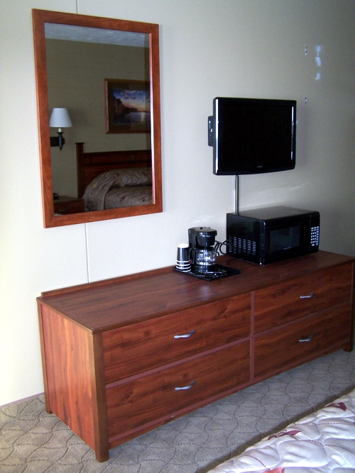 Lewis and Clark Lodge - Dresser, TV, Coffee, Microwave